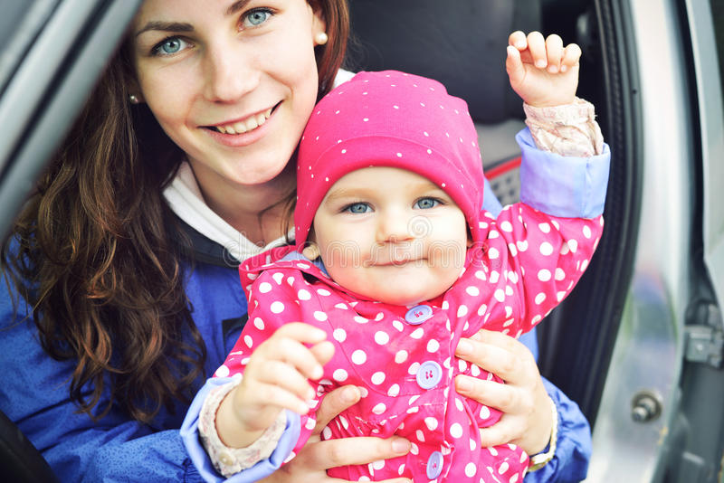 Retrato da família alegre feliz Caras de riso, mãe que guardam o bebê adorável da criança, sorriso e aperto Mamã e filha foto de stock royalty free