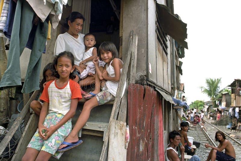 Retrato da família da família filipina muito pobre, Manila foto de stock royalty free