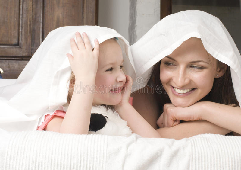 Retrato da família, da mãe e da filha felizes na cama fotografia de stock royalty free