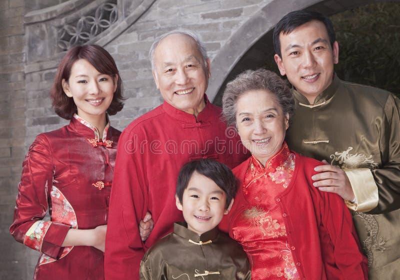 retrato da família da Multi-geração pela construção do chinês tradicional fotografia de stock royalty free