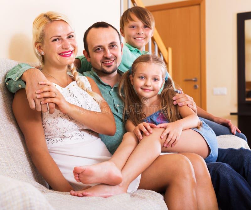 Retrato da família de classe média imagens de stock royalty free