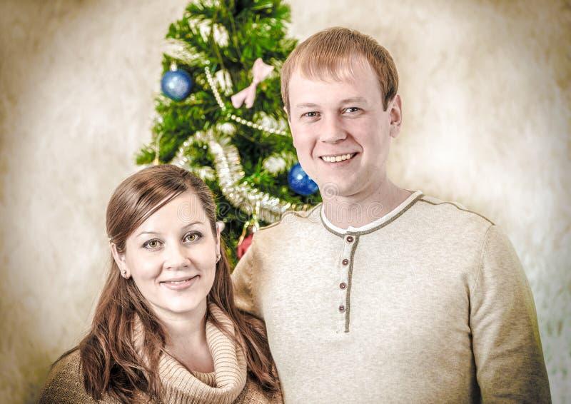 Retrato da família de pares novos no estilo retro com vinheta fotografia de stock royalty free