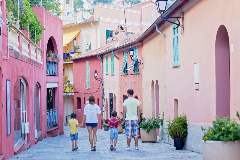 Retrato da família de quatro pessoas, andando nas ruas de Villefranc fotos de stock