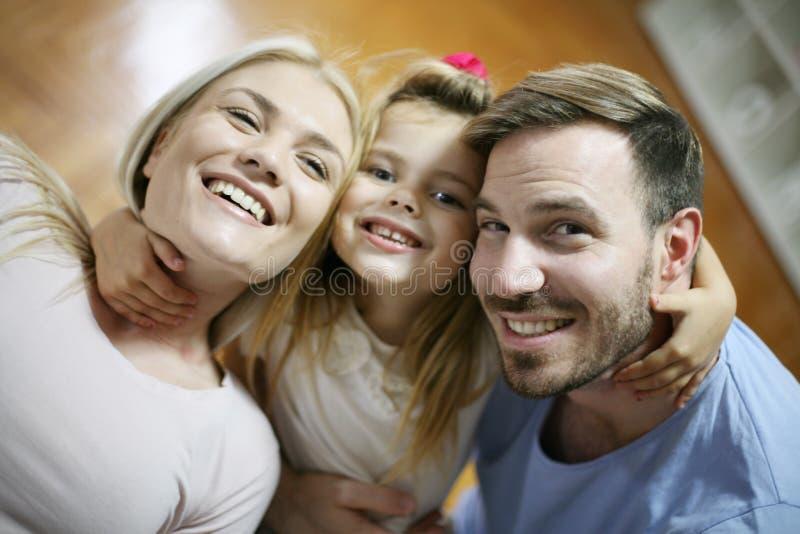 Retrato da família de sorriso feliz imagens de stock royalty free