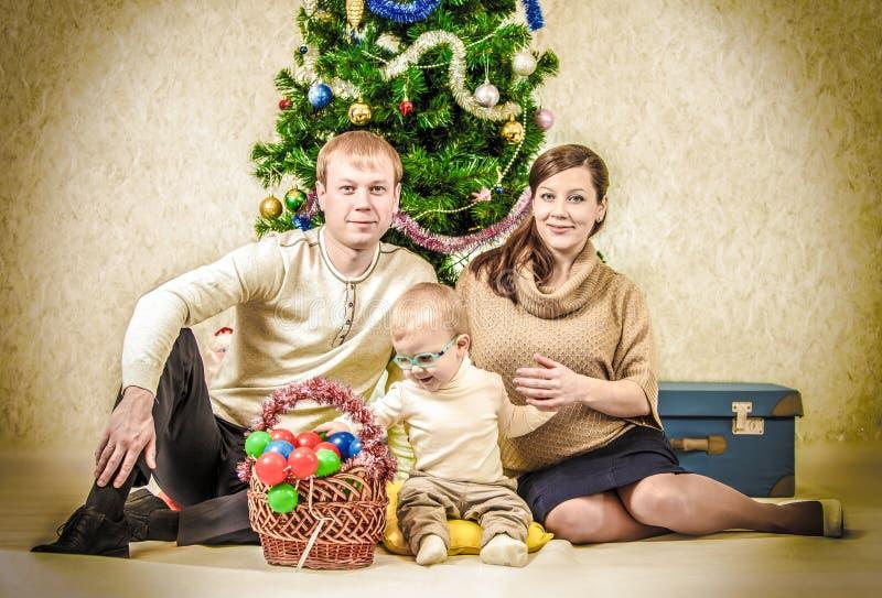 Retrato da família do vintage de pares novos com rapaz pequeno imagem de stock