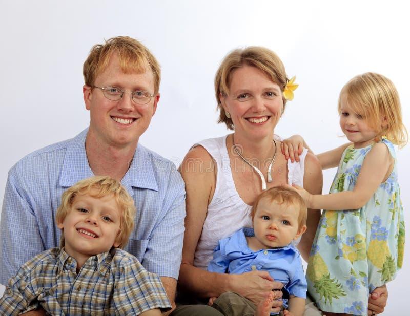 Retrato da família dos pais e das três crianças imagem de stock royalty free