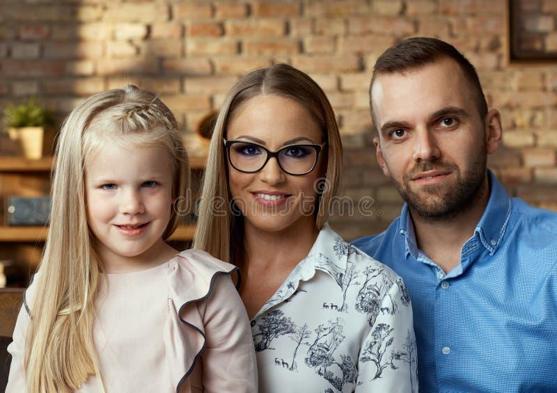 Retrato da família em casa imagem de stock royalty free