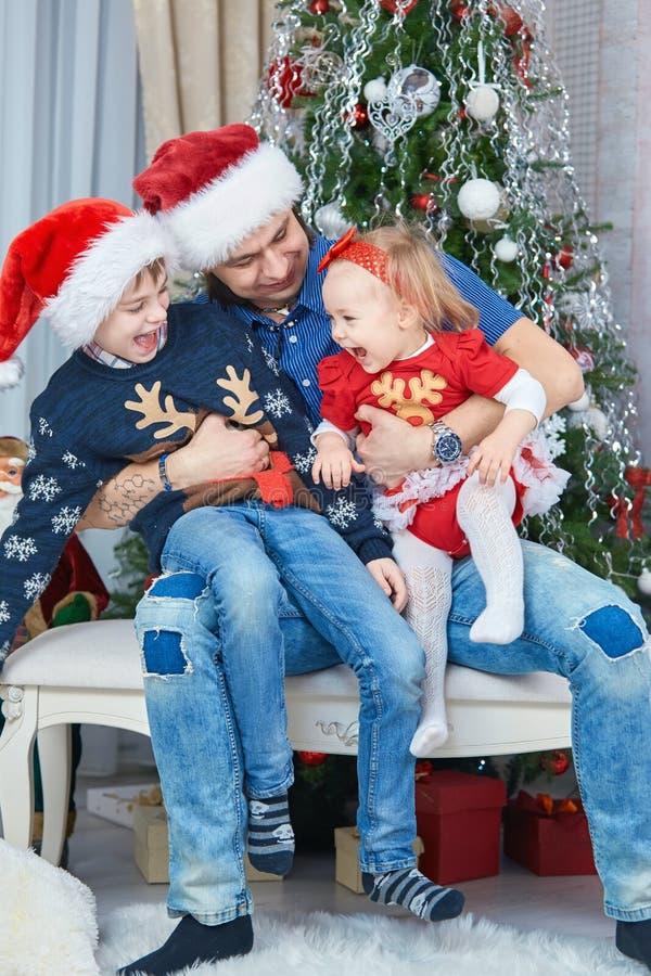 Retrato da família feliz amigável que joga na sala de visitas do Natal foto de stock royalty free