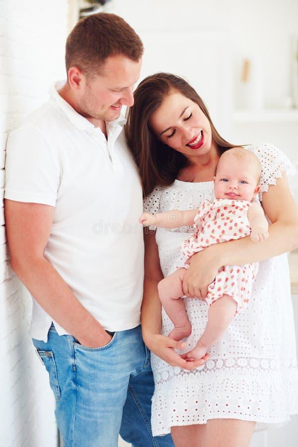 Retrato da família feliz com o bebê infantil de sorriso bonito imagens de stock royalty free