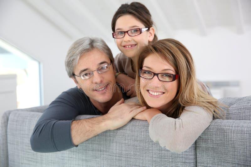 Retrato da família feliz em casa foto de stock royalty free