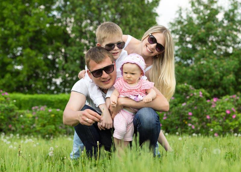 Retrato da família feliz no jardim imagens de stock