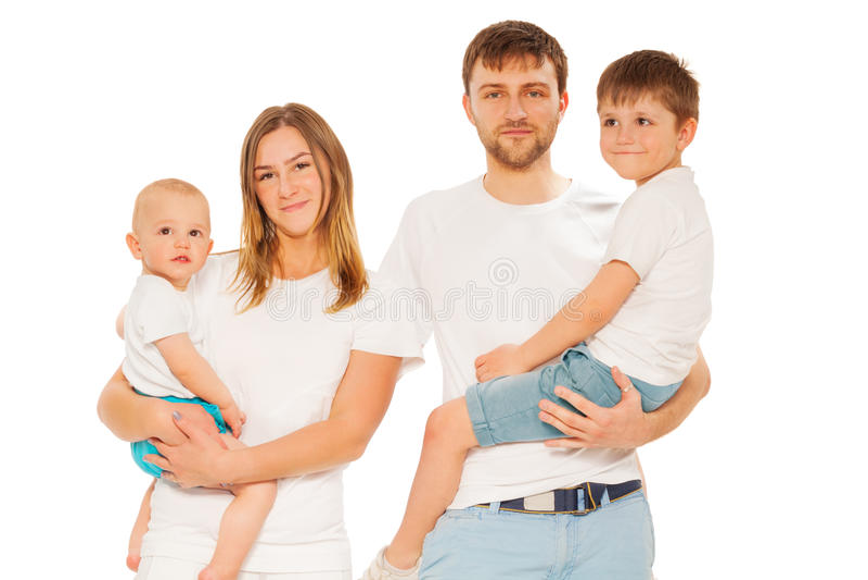 Retrato da família feliz nova com duas crianças fotografia de stock royalty free