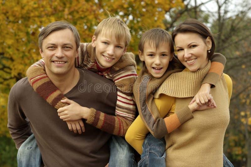 Família que relaxa em um parque bonito do outono imagens de stock