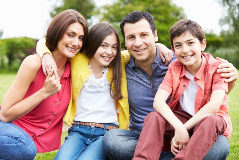 Retrato da família latino-americano no campo imagens de stock royalty free