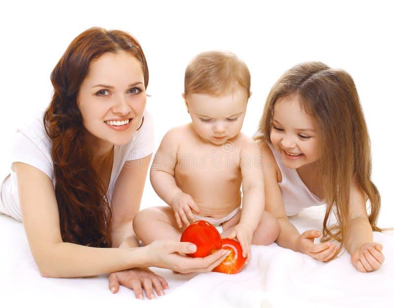 Retrato da família, mãe de sorriso feliz e duas crianças foto de stock