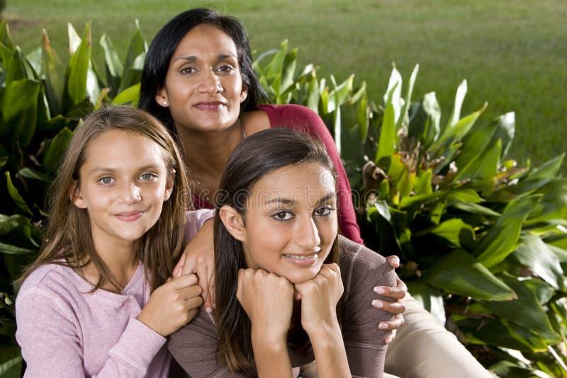 Retrato da família, matriz com filhas bonitas fotos de stock