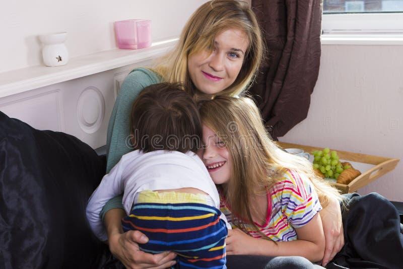 Retrato da família na cama em casa fotos de stock