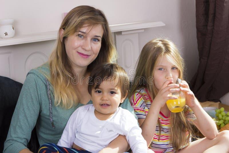 Retrato da família na cama em casa imagem de stock