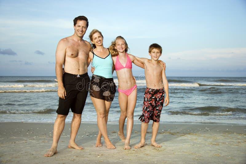 Retrato da família na praia. foto de stock royalty free