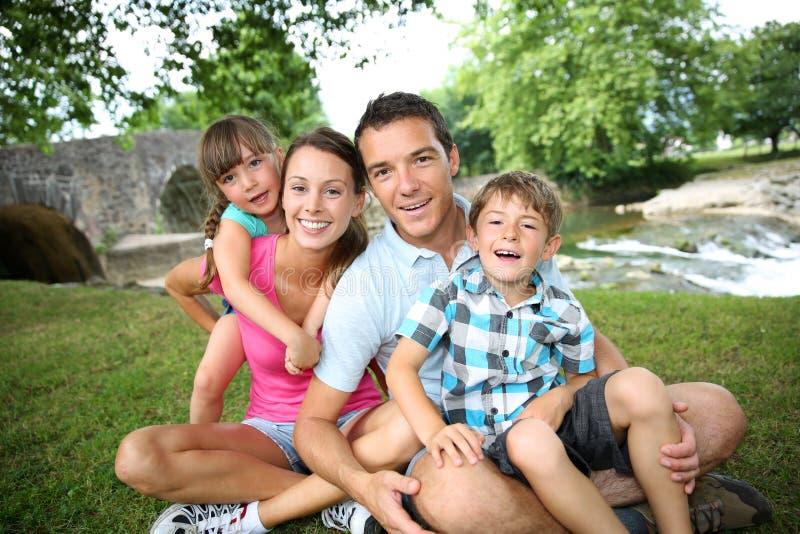 Retrato da família no campo fotos de stock royalty free