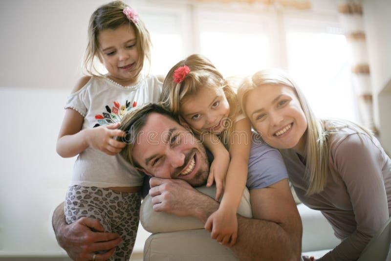 Retrato da família nova em casa imagens de stock royalty free