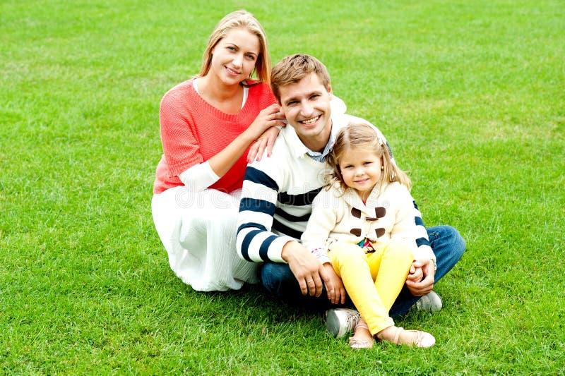 Retrato da família nova feliz com filha imagem de stock royalty free