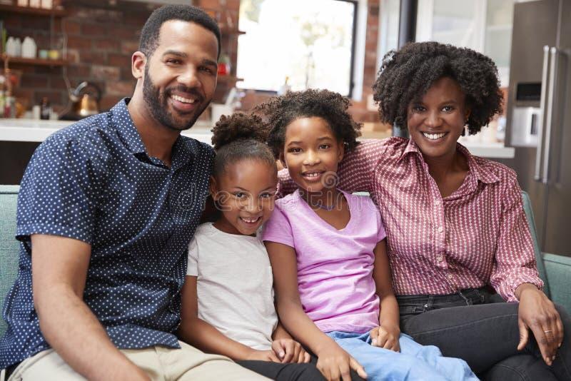 Retrato da família que relaxa em Sofa At Home Together fotografia de stock