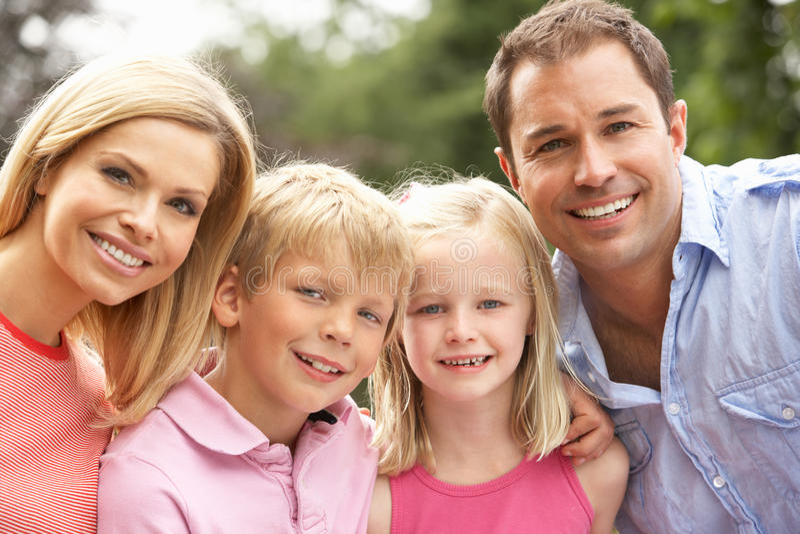 Retrato da família que relaxa no campo fotos de stock royalty free