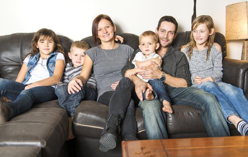 Retrato da família que tem o divertimento na sala de visitas Família feliz que passa o tempo em casa junto imagem de stock royalty free
