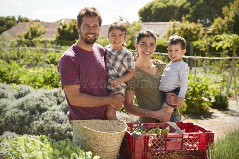 Retrato da família que trabalha na atribuição da comunidade junto fotos de stock royalty free