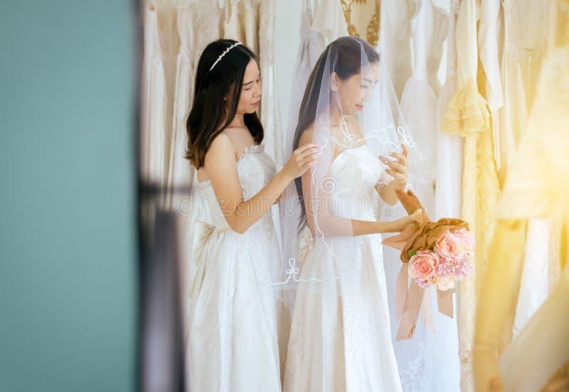 Retrato da felicidade asiática lésbica bonita da noiva das mulheres dos pares LGBT e engraçado junto, da cerimônia no dia do casa foto de stock