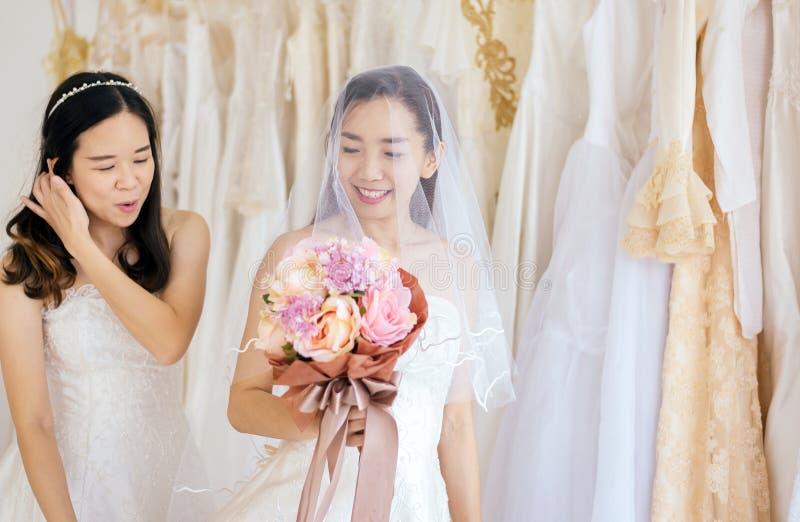 Retrato da felicidade asiática da noiva da mulher dos pares bonitos e togethe engraçado, cerimônia no dia do casamento, feliz e n imagem de stock royalty free