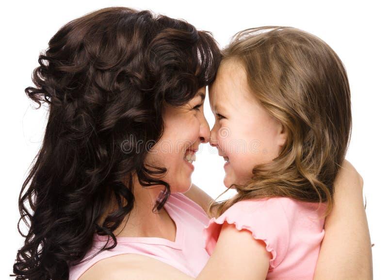 Retrato da filha feliz que sorri em sua matriz imagens de stock