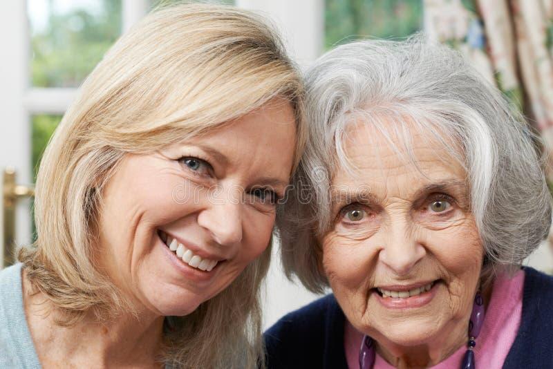 Retrato da filha superior da mãe e do adulto imagem de stock