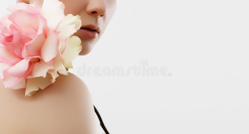 Retrato da forma da beleza Mulher bonita com composição e flores Inspiração da mola e do verão Perfume, conceito dos cosméticos imagens de stock royalty free