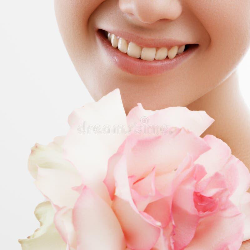Retrato da forma da beleza Mulher bonita com composição e flores Inspiração da mola e do verão Perfume, conceito dos cosméticos foto de stock