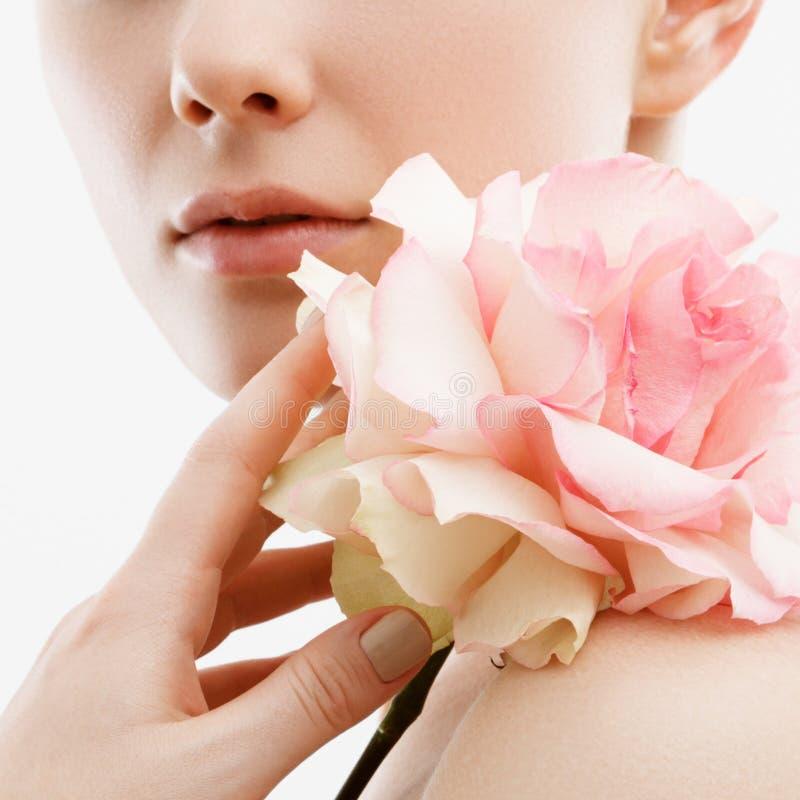 Retrato da forma da beleza Mulher bonita com composição e flores Inspiração da mola e do verão Perfume, conceito dos cosméticos imagens de stock