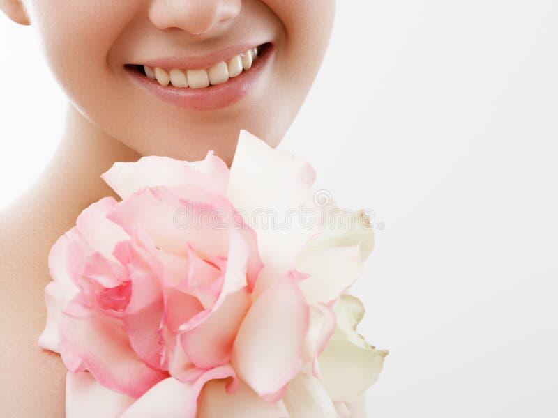 Retrato da forma da beleza Mulher bonita com composi??o e flores Inspira??o da mola e do ver?o Perfume, cosméticos fotografia de stock