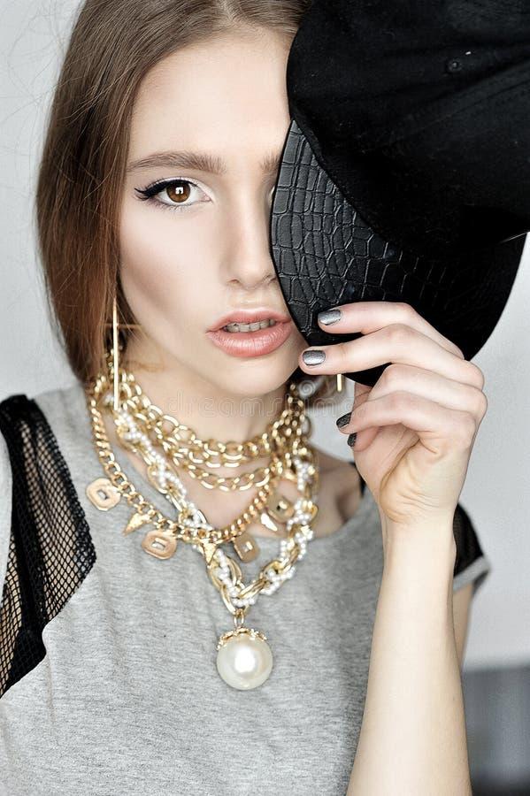 Retrato da forma da forma elevada look modelo bonito à moda da jovem mulher do encanto fotos de stock