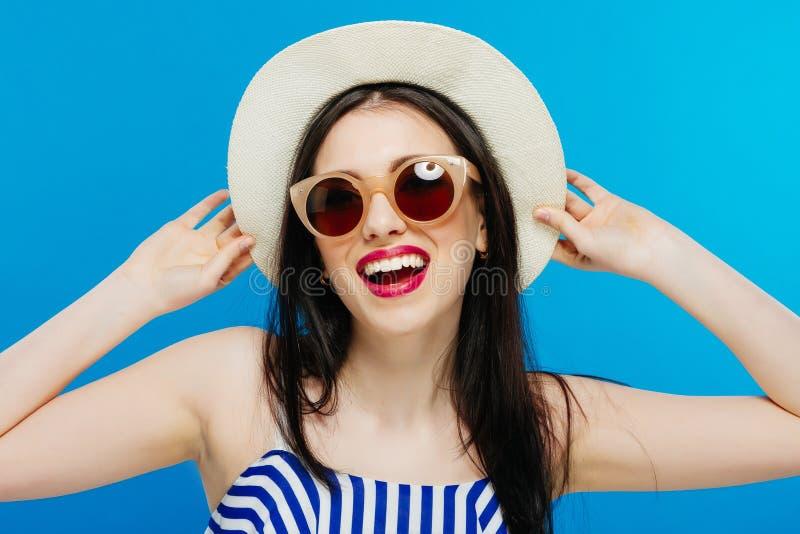 Retrato da forma da forma elevada look modelo bonito bonito à moda da jovem mulher do encanto no pano do verão no chapéu brilhant fotografia de stock