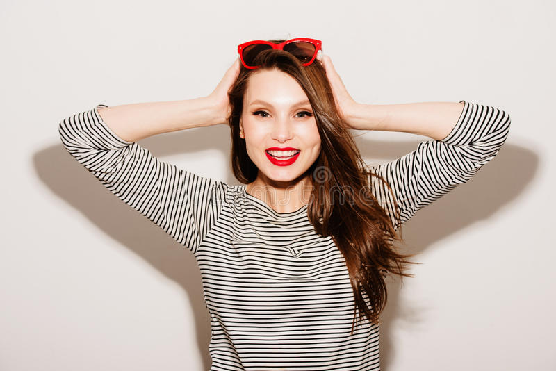 Retrato da forma da forma elevada look modelo de sorriso feliz novo bonito à moda da mulher do encanto com bordos vermelhos e os  imagem de stock