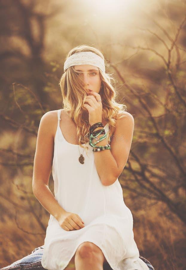 Retrato da forma da jovem mulher bonita Backlit no por do sol fotos de stock royalty free