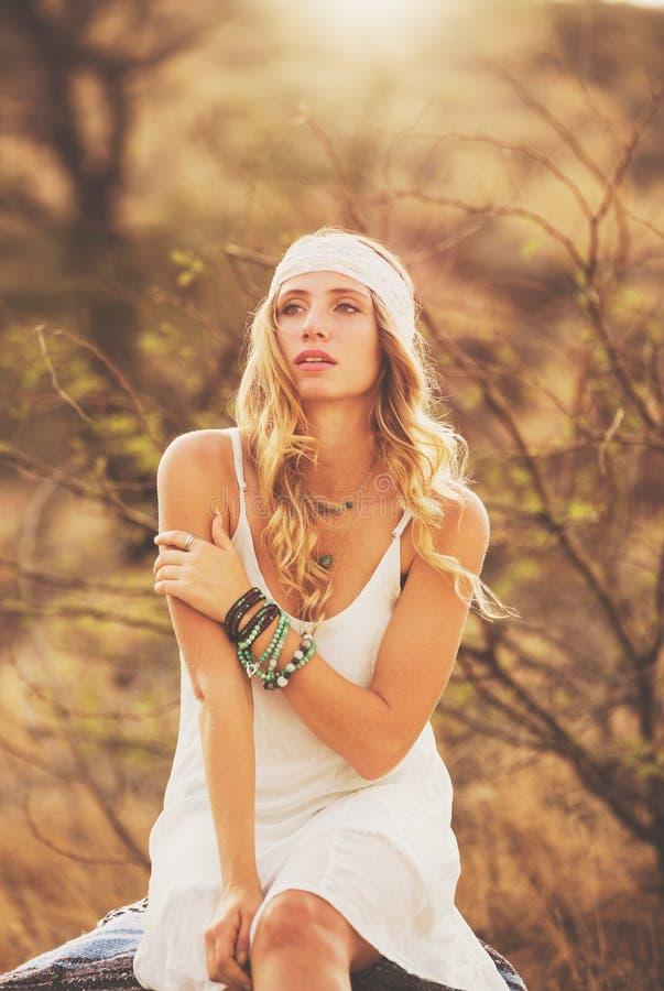 Retrato da forma da jovem mulher bonita Backlit no por do sol imagens de stock