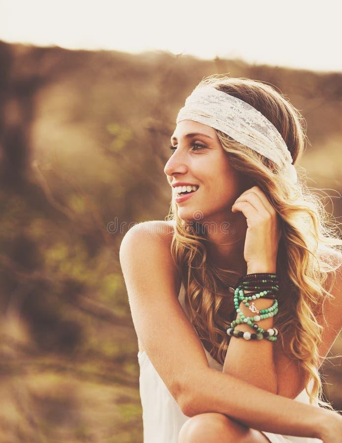 Retrato da forma da jovem mulher bonita Backlit no por do sol fotografia de stock royalty free