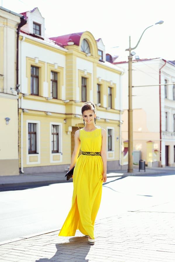 Retrato da forma da mulher magnífica nova Levantamento elegante da menina fotos de stock