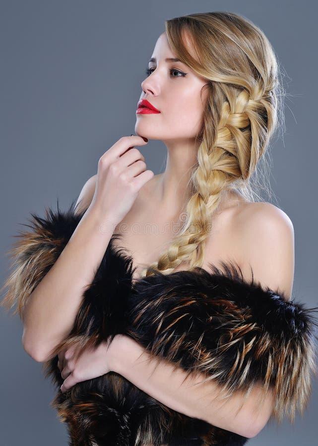 Retrato da forma da mulher na roupa da pele fotografia de stock royalty free