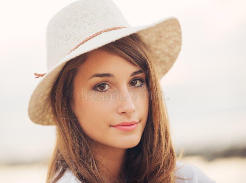 Retrato da forma da mulher nova bonita fotografia de stock royalty free