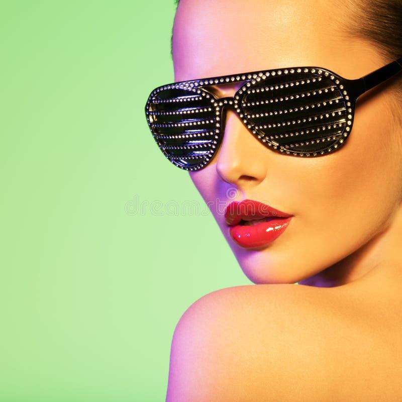 Retrato da forma da mulher que veste óculos de sol pretos fotos de stock