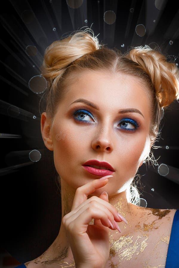 Retrato da forma de uma mulher bonita em um fundo escuro com uma composição bonita fotografia de stock royalty free