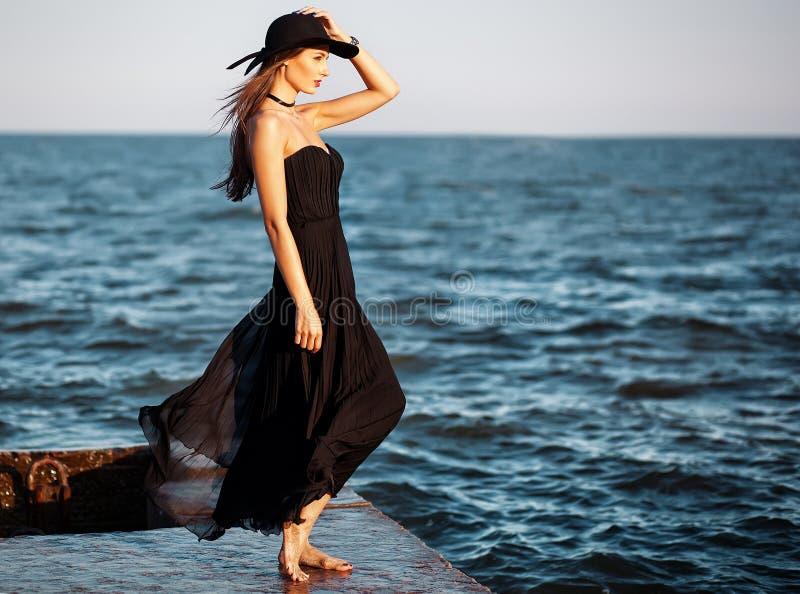 Retrato da forma de uma mulher elegante bonita no vestido de seda longo fotografia de stock